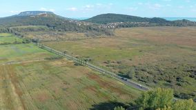 Воздушное аграрное изображение от венгерского ландшафта, около озера Balaton видеоматериал