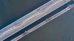 Воздушное взгляд сверху автомобильного движения дороги моста автомобилей и железной дороги сверху Стоковая Фотография