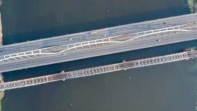 Воздушное взгляд сверху автомобильного движения дороги моста автомобилей и железной дороги сверху Стоковое Изображение