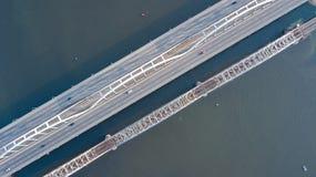 Воздушное взгляд сверху автомобильного движения дороги моста автомобилей и железной дороги сверху Стоковое Изображение RF