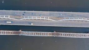 Воздушное взгляд сверху автомобильного движения дороги моста автомобилей и железной дороги сверху Стоковое Фото