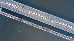 Воздушное взгляд сверху автомобильного движения дороги моста автомобилей и железной дороги сверху Стоковые Изображения RF