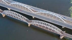 Воздушное взгляд сверху автомобильного движения дороги моста автомобилей и железной дороги сверху Стоковая Фотография RF