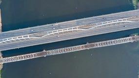 Воздушное взгляд сверху автомобильного движения дороги моста автомобилей и железной дороги сверху Стоковые Фотографии RF