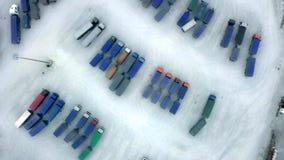 Воздушное взгляд сверху белизны тележки Semi с автостоянкой трейлера груза с другими тележками на специальном месте для стоянки С акции видеоматериалы