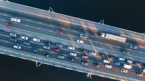 Воздушное взгляд сверху варенья автомобильного движения дороги моста много автомобилей сверху, транспорт города Стоковые Фото