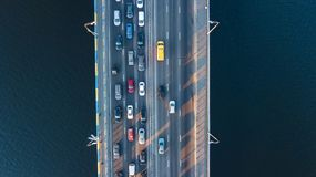 Воздушное взгляд сверху варенья автомобильного движения дороги моста много автомобилей сверху, транспорт города Стоковые Фотографии RF