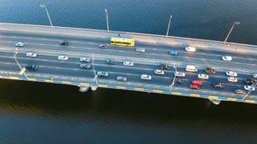 Воздушное взгляд сверху варенья автомобильного движения дороги моста много автомобилей сверху, транспорт города Стоковая Фотография RF