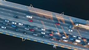 Воздушное взгляд сверху варенья автомобильного движения дороги моста много автомобилей сверху, транспорт города Стоковые Изображения RF