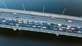 Воздушное взгляд сверху варенья автомобильного движения дороги моста много автомобилей сверху, транспорт города Стоковое Изображение