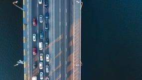 Воздушное взгляд сверху варенья автомобильного движения дороги моста много автомобилей сверху, транспорт города Стоковое Фото