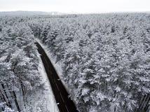 Воздушное взгляд сверху дороги в лесе зимы Стоковое Фото
