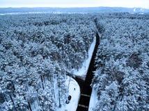 Воздушное взгляд сверху дороги в лесе зимы Стоковые Фотографии RF