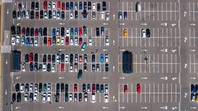 Воздушное взгляд сверху места для стоянки с много автомобилей сверху, концепция транспорта Стоковое фото RF