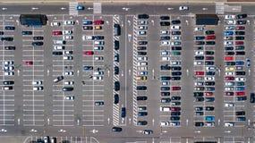 Воздушное взгляд сверху места для стоянки с много автомобилей сверху, концепция транспорта Стоковые Изображения