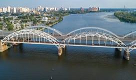 Воздушное взгляд сверху моста Darnitsky автомобиля и железной дороги через реку Dnieper сверху, город Киева Kyiv, Украина Стоковые Фото