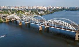 Воздушное взгляд сверху моста Darnitsky автомобиля и железной дороги через реку Dnieper сверху, город Киева Kyiv, Украина Стоковое Изображение