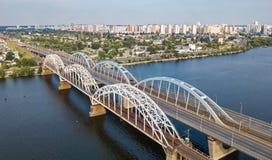 Воздушное взгляд сверху моста Darnitsky автомобиля и железной дороги через реку Dnieper сверху, город Киева Kyiv, Украина Стоковая Фотография RF
