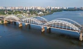 Воздушное взгляд сверху моста Darnitsky автомобиля и железной дороги через реку Dnieper сверху, город Киева Kyiv, Украина Стоковое фото RF