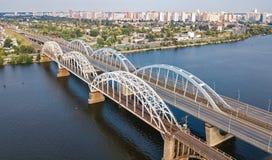 Воздушное взгляд сверху моста Darnitsky автомобиля и железной дороги через реку Dnieper сверху, город Киева Kyiv, Украина Стоковое Фото