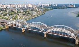 Воздушное взгляд сверху моста Darnitsky автомобиля и железной дороги через реку Dnieper сверху, город Киева Kyiv, Украина Стоковое Изображение RF