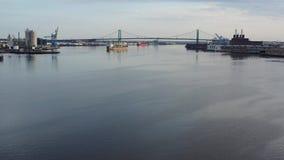 Воздушное видео- летание низко на Реке Delaware к мосту Филадельфии Walt Whitman сток-видео