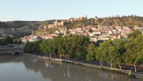 Воздушное видео Старый центр Тбилиси сверху Взгляд сверху трутня на исторической части города Река Kura или Mtkvari ниже сток-видео