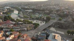Воздушное видео Старый центр Тбилиси сверху Взгляд сверху трутня на исторической части города видеоматериал