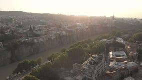 Воздушное видео Старый центр Тбилиси сверху Взгляд сверху трутня на исторической части города Река Kura или Mtkvari ниже видеоматериал