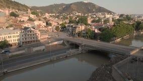 Воздушное видео Старый центр Тбилиси сверху Взгляд сверху трутня на исторической части города Река Kura или Mtkvari ниже акции видеоматериалы