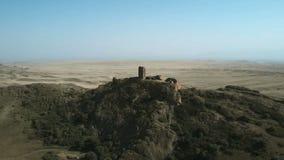 воздушное видео 4K старого городища на границе Georgia и Азербайджана Красивый вид песочной долины акции видеоматериалы