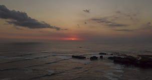 Воздушное гипер упущение красивого захода солнца над морем с утесами видеоматериал