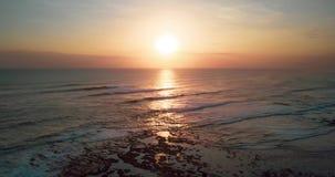 Воздушное гипер упущение красивого захода солнца над пляжем моря и отработанной формовочной смеси сток-видео