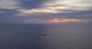 Воздушное гипер упущение над морем во время захода солнца акции видеоматериалы