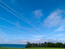воздушное движение неба двигателей перекрестка contrails стоковое фото rf