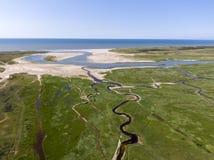 Воздушное изображение голландского национального парка с изгибать реки в земле травы к Северному морю на острове Texel стоковое изображение