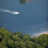 воздушное катание на водных лыжах взгляда моторки озера Стоковое Фото