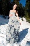 воздушное красивейшее платье представляя женщину снежка Стоковое Изображение