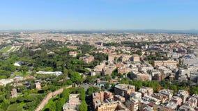 Воздушное летание к Colosseum Взгляд Colosseum в Риме от высоты Камера близко к Colosseum сток-видео