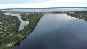 Воздушное летание над ГЭС на реке западной Двины в Риге в вечере видеоматериал