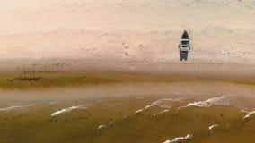 Воздушное летание над заливом Балтийского моря - красивый пейзаж взгляда шлюпки водного транспорта ландшафта воды природы - верхн сток-видео