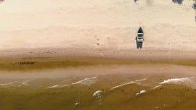Воздушное летание над заливом Балтийского моря - красивый пейзаж взгляда шлюпки водного транспорта ландшафта воды природы - верхн акции видеоматериалы