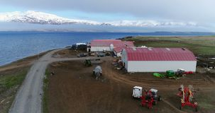 Воздушное летание над прибрежной фермой в Arkogssandur, Исландии акции видеоматериалы