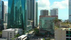 Воздушное летание трутня между highrise зданиями на городском Brickell Майами FL сток-видео