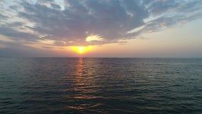 Воздушное летание трутня, отступление внутри затишья, моря вечера сток-видео
