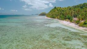воздушное летание трутня 4k над мелкой чистой водой близко к пляжу рая тропическому Исследуя El Nido, Palawan, Филиппины видеоматериал