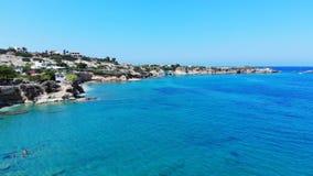 Воздушное плавание пляжа и людей Крита в голубом море, Греции акции видеоматериалы