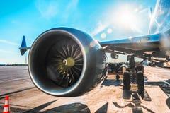 Воздушное судно припарковано на авиапорте перед отклонением, взгляде на крыле двигателя шестерни шкафа шасси, на солнечный день с стоковые фотографии rf