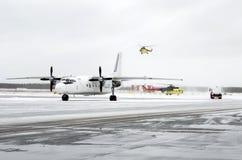 Воздушное судно турбовинтового самолета припарковано на авиапорте на заднем плане вертолеты принимают в небо стоковое изображение rf