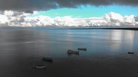 Воздушное сумасшедшее яркое солнечное летание над заливом Балтийского моря - красивый пейзаж неба ландшафта облака природы видеоматериал
